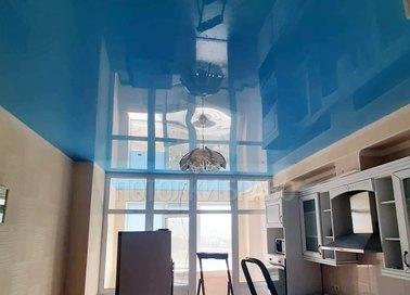 Синий глянцевый натяжной потолок для кухни НП-977
