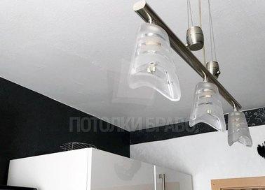 Белый глянцевый натяжной потолок с подсветкой для кухни НП-981 - фото 5
