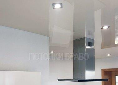 Белый глянцевый натяжной потолок для кухни НП-986 - фото 2