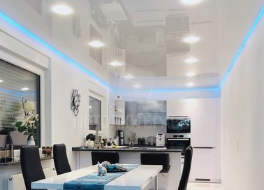 Глянцевый натяжной потолок с голубой подсветкой НП-993