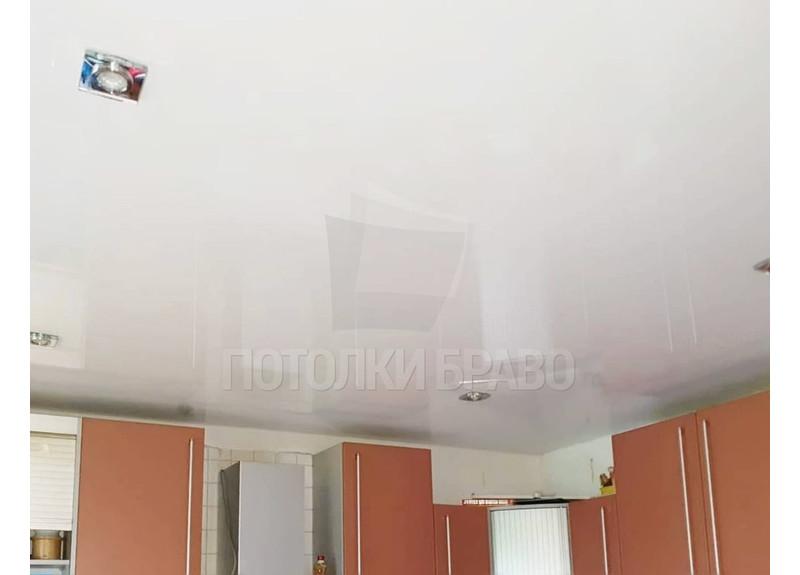 Белый глянцевый натяжной потолок для кухни НП-1002