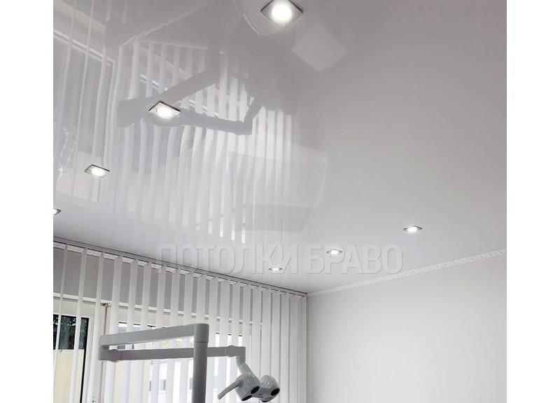 Классический глянцевый натяжной потолок для медучреждения НП-1009
