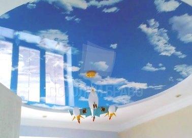Глянцевый небесный натяжной потолок с матовыми краями НП-1024