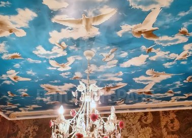Голубой матовый натяжной потолок с голубями НП-1032