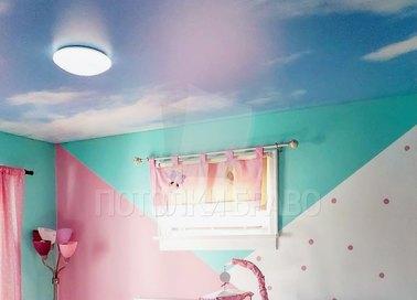 Сатиновый небесный натяжной потолок для жилой комнаты НП-1038
