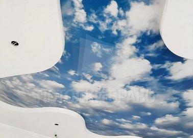 Матовый с фото неба натяжной потолок в жилую комнату НП-1063