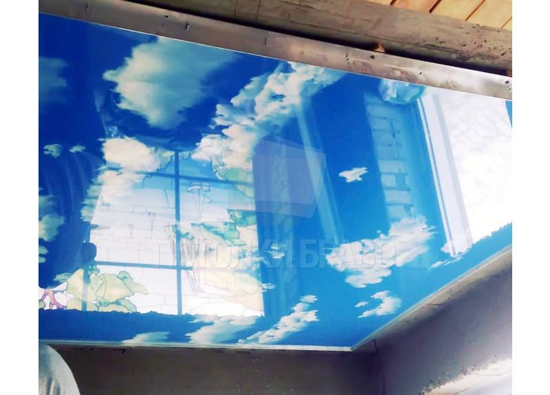 Объемный небесный глянцевый натяжной потолок НП-1072