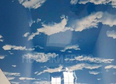 Глянцевый небесный натяжной потолок для гостиной НП-1073 - фото 2