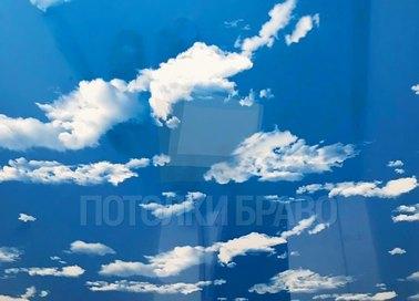 Глянцевый небесный натяжной потолок для гостиной НП-1073