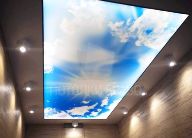 Темный натяжной потолок с рисунком неба и светильниками НП-1087