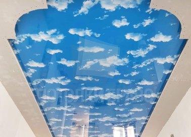 Глянцевый натяжной потолок с рисунком неба для бассейна НП-1095