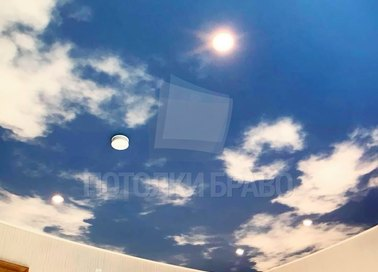 Сатиновый небесный натяжной потолок для жилой комнаты НП-1096