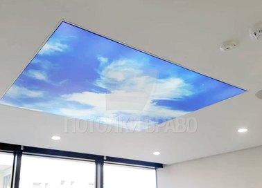 Матовый натяжной потолок с вставкой принта неба НП-1107