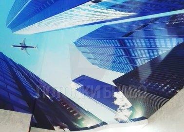 Матовый натяжной потолок с рисунком высоток и самолета НП-1111