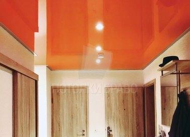 Оранжевый глянцевый натяжной потолок для холла НП-1122