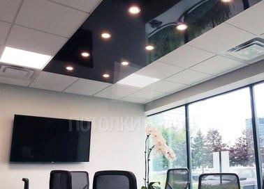 Черно-белый глянцевый натяжной потолок для офиса НП-1125