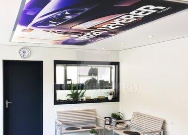 Матовый натяжной потолок с принтом машины для офиса НП-1132