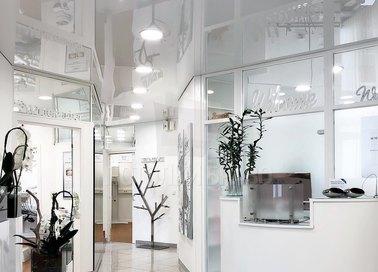 Серый глянцевый натяжной потолок для коридора в офисе НП-1135