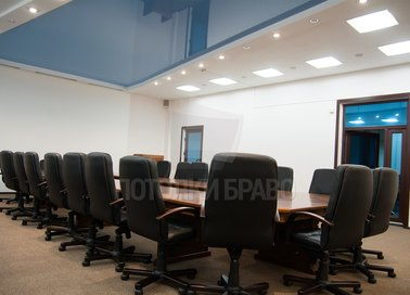 Бело-синий матовый натяжной потолок для офиса НП-1139