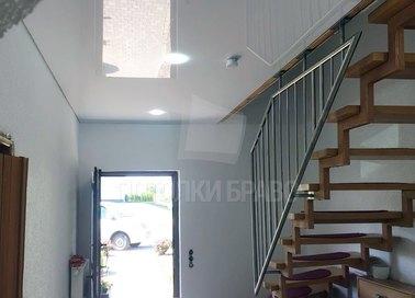 Глянцевый натяжной потолок в стиле Лофт для коридора НП-1144