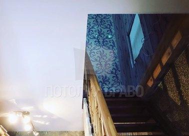 Серый матовый натяжной потолок с нишей для лестницы НП-1149