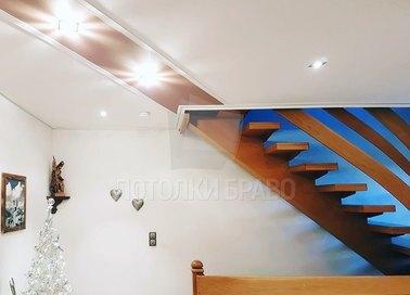 Матовый белый натяжной потолок с коричневой вставкой НП-1151