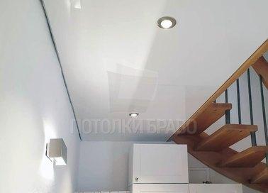Сатиновый натяжной потолок с нишей для лестницы в коридор НП-1154