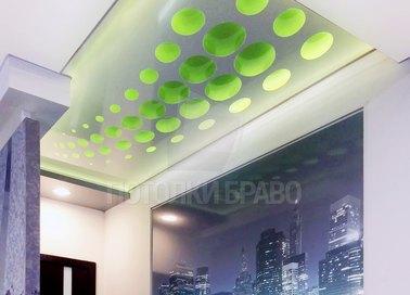Бело-зеленый натяжной потолок с абстракцией НП-1159