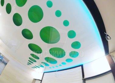 Матовый зелено-белый натяжной потолок с каплями НП-1169