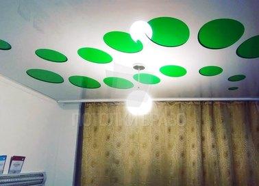 Глянцевый белый натяжной потолок с зелеными кружками НП-1172