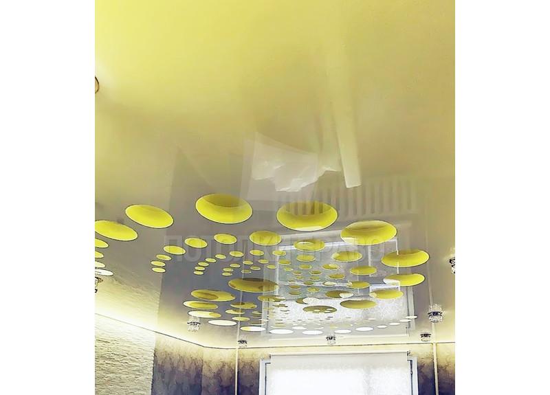 Глянцевый желтый натяжной потолок с кругами НП-1174