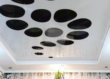 Глянцевый-матовый белый натяжной потолок с черными кругами НП-1175