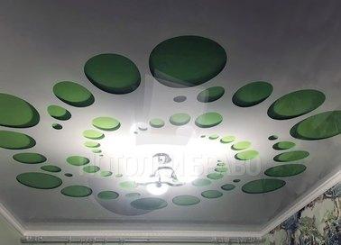 Белый матовый натяжной потолок с зелеными кругами НП-1182