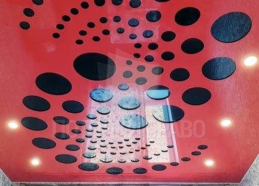 Красный глянцевый натяжной потолок с черными кругами НП-1189