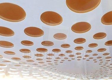 Матовый белый натяжной потолок с желтыми кругами НП-1190