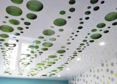 Глянцевый натяжной потолок с зелеными кругами НП-1194