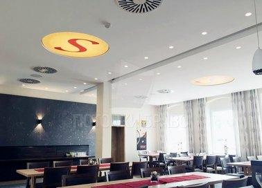 Матовый белый натяжной потолок со знаком S для ресторана НП-1218