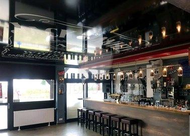 Черный глянцевый натяжной потолок с надписями для ресторана НП-1231
