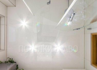 Белый глянцевый натяжной потолок для ванной НП-1275