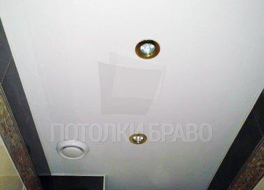 Сатиновый белый натяжной потолок для ванной комнаты НП-1276