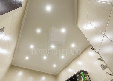 Матовый натяжной потолок со светильниками для ванной НП-1277