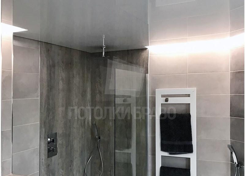 Серый глянцевый натяжной потолок для ванной комнаты НП-1293
