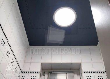 Серый глянцевый натяжной потолок с освещением по центру НП-1295