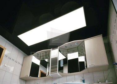 Черный глянцевый натяжной потолок с освещением для ванной НП-1296