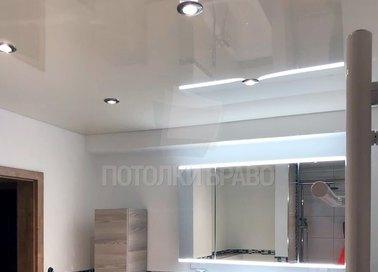 Глянцевый с точечными светильниками серый натяжной потолок НП-1317