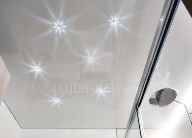 Глянцевый натяжной потолок со звездным небом в ванную НП-1324