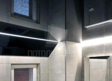 Черный глянцевый зеркальный натяжной потолок под углом НП-1338