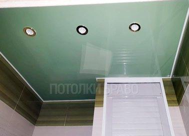 Зеленый глянцевый натяжной потолок со светильниками НП-1341