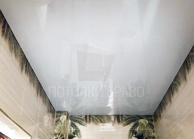 Серый глянцевый натяжной потолок для ванной комнаты НП-1343