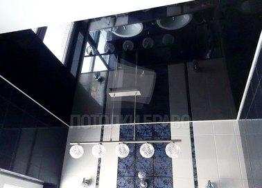 Черный отражающийся натяжной потолок для ванной комнаты НП-1349